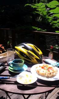 お昼ご飯食べてます。